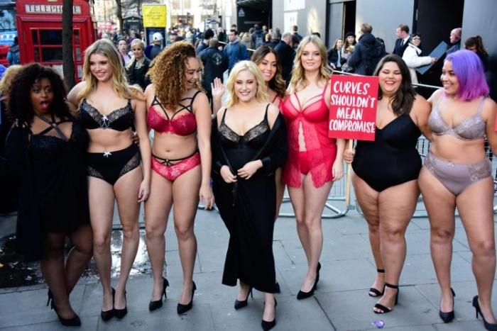 Полные женщины оказались на Лондонской неделе моды в нижнем белье в знак протеста против отсутствия выпуклостей