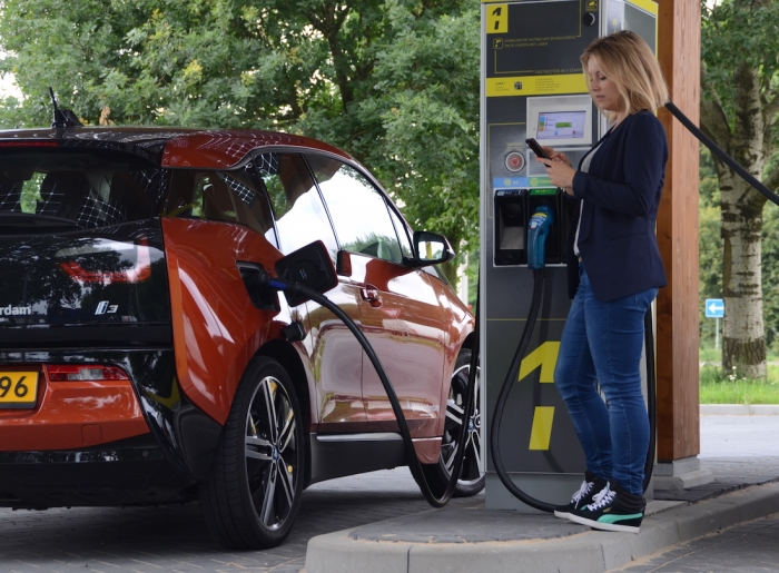 Супер быстрые пункты зарядки электромобиля устанавливаются через каждые 50 миль