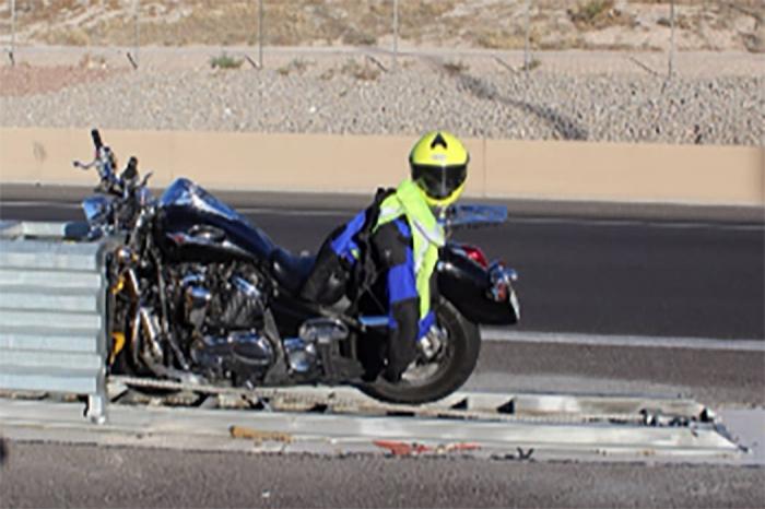 Мотоциклист умер после того, как фазан врезается в его шлем и разорвал его череп