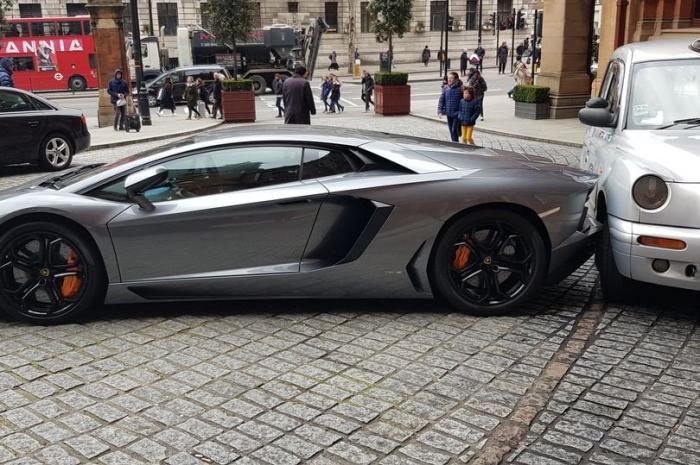 Такси сегодня оказалось запертым суперкаром Ламборгини стоимостью 250 000 фунтов стерлингов, а водителя нигде не видно