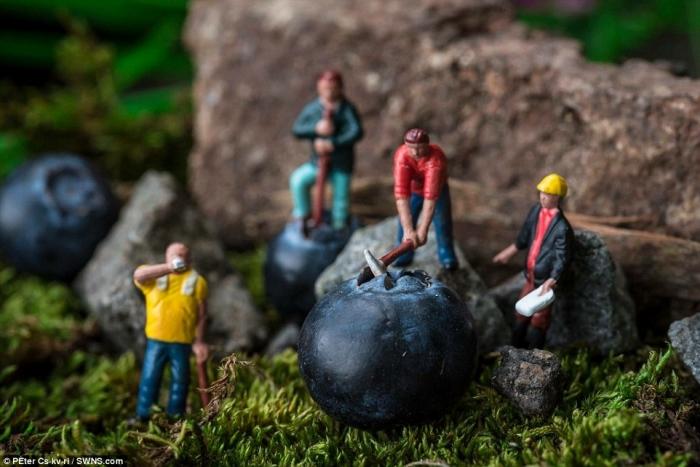 Это маленький мир! Художник использует миниатюрные фигурки, чтобы создавать макеты повседневной жизни
