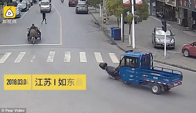 Водитель грузовика пытается убежать после того как он сбил мотоциклиста