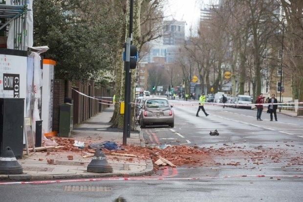 Женщина умерла после удара кирпичами, упавших с крана в Лондоне
