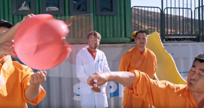 Невероятный момент Монах из Шаолиня бросает иглу через стекло