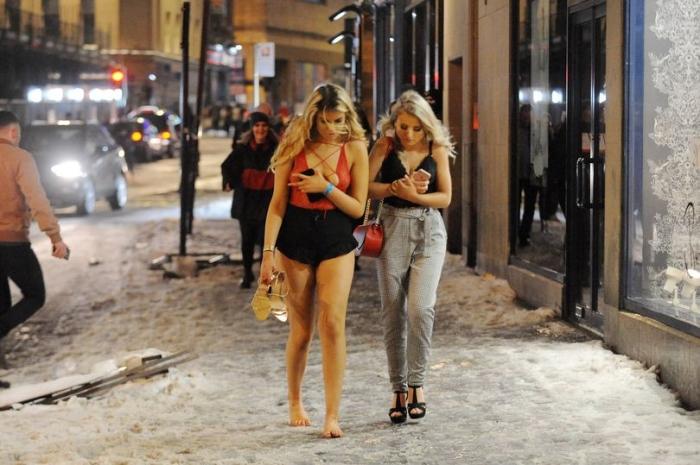 Храбрые гуляки прохаживаются ночью по улицам по морозной погоде