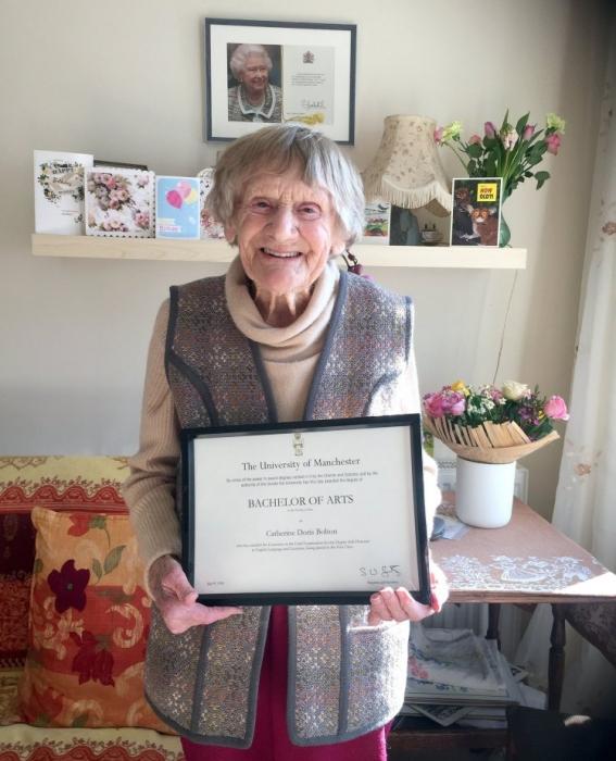 Женщине, которой 101 год, наконец выдали диплом о высшем образовании после ожидания в течение 80 лет