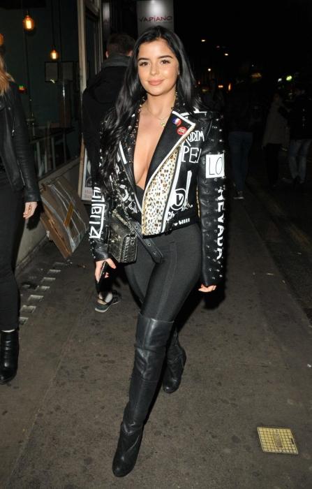 Звезда интернета Деми Роуз выглядит невероятно сексуально, поскольку она показалась перед фанатами в ярком облегающем платье