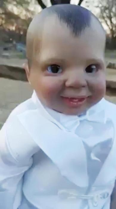 Самая вызывающая мурашки кукла мира имеет злые глаза, которые следят за вами куда бы вы не пошли