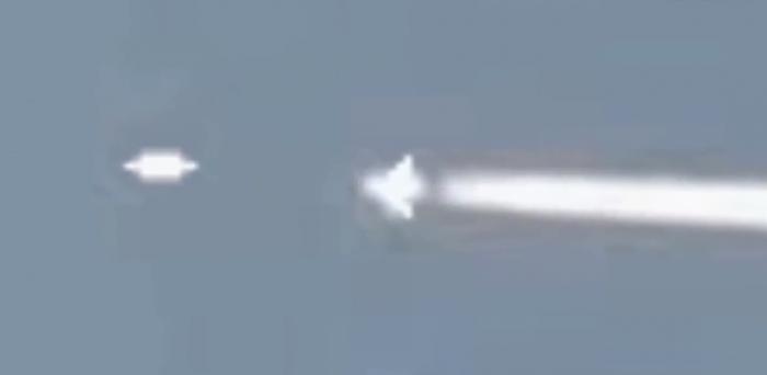 «Жуткий момента», когда НЛО догоняет и обгоняет пассажирский самолёт, отправляя теоретиков заговора в безумие