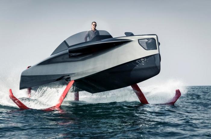 Яхта на подводных крыльях стоимостью £ 870 тыс. скользит по воде на крыльях - так что похоже, что она летит
