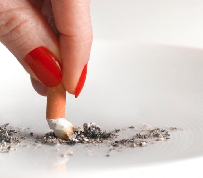 Доктора должны заставлять курильщиков бросить курить перед операциями, говорит наблюдатель из Национального Здравоохранения