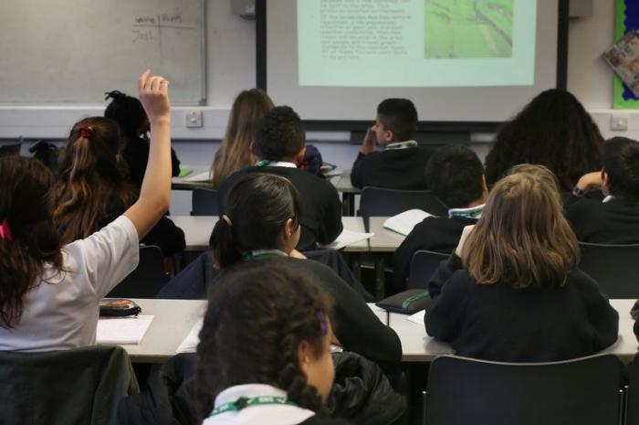 Учитель выиграл компенсацию в размере 250 000 фунтов стерлингов после падения стола во время показа в классе
