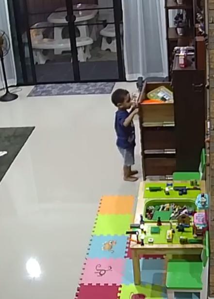 Ужасный момент, малыша чуть не раздавило, когда он потянул за комод