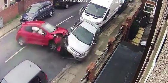 Шокирующий момент Peugeot врезается в припаркованном автомобиль – после чего водитель притворился, что машина была угнана.