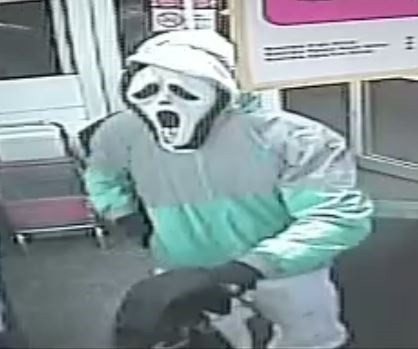 Мужчина, который грабил магазин, попал на камеру видеонаблюдения в куртке Deliveroo и маске «Крик»