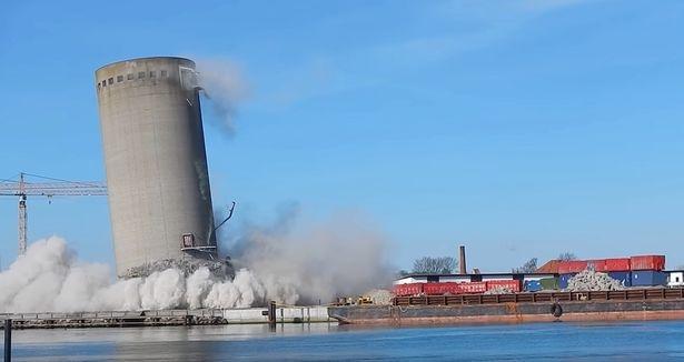 Снос 52-метровой башни пошел не по плану, она упала не в ту сторону и зацепила культурный центр