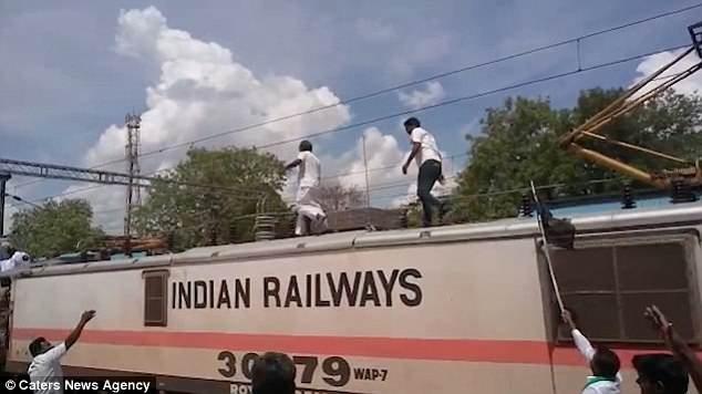 Мужчина превратился в человеческий факел, когда его ударило электрическим током на крыше поезда в Индии.