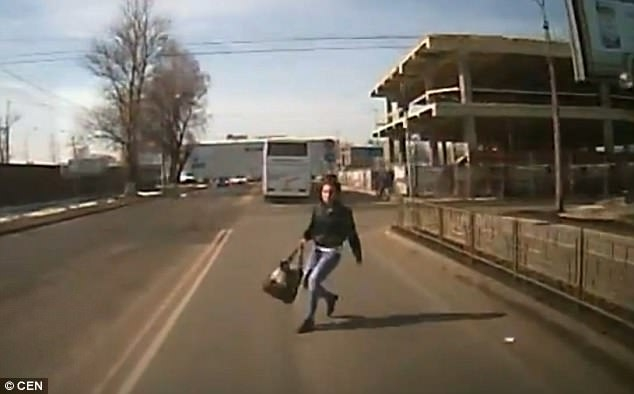 Женщина выбегает перед фургоном в «попытке мошенничества», но падает театрально, когда фургон останавливается, прежде чем ударить ее.