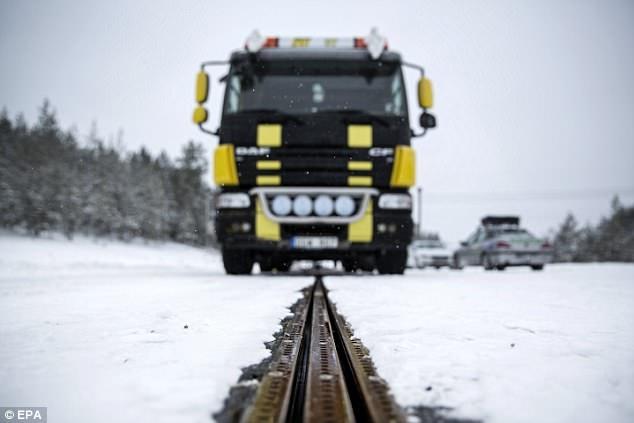 Швеция строит зеленую электрифицированную дорогу, которая управляет любым транспортным средством через электрические рельсы