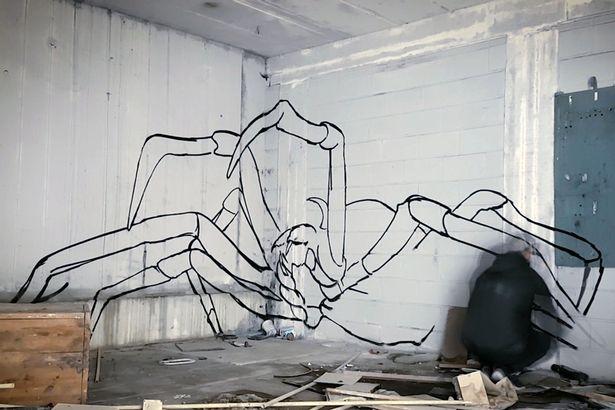 Рисунок гигантского 3D-паука «прыгающего» со стены, окаменевшие люди, которые ходят в комнате