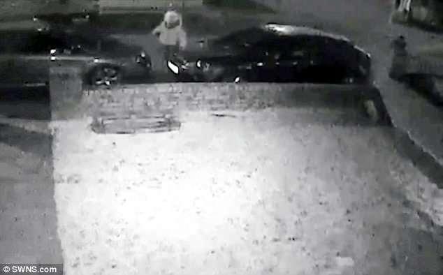 Испуганная 15-летняя девушка прячется от банды сильных головорезов, вооруженных бейсбольными битами
