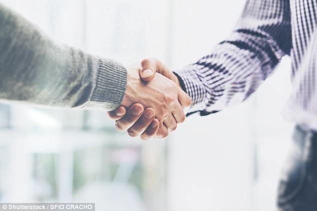 Мужчины с крепким пожатием руки быстрее справляются с проблемами и рассуждениями, показывают исследования