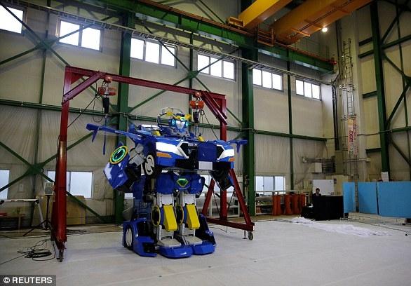 Настоящий 3,7-метровый трансформер, который превращается из робота в двухместный автомобиль в течение минуты