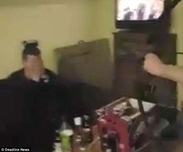 Шокирующее видео, пьяный мужчина стреляет из лука в банку пива, стоящую на голове у друга
