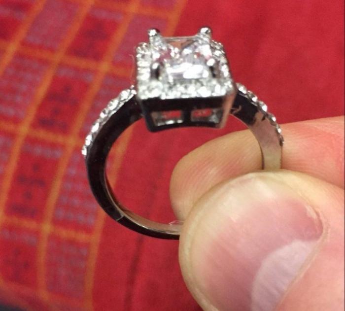 Мужчина запускает кампанию в социальных сетях чтоб найти женщину, потерявшую кольцо, найденное в поезде
