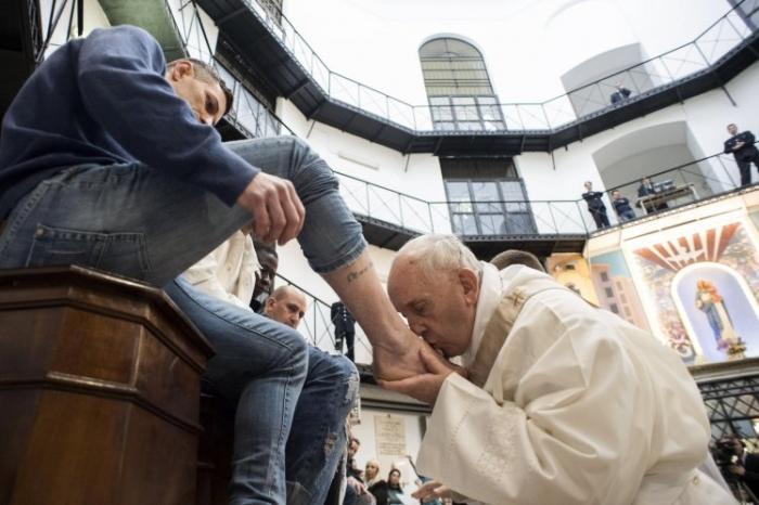 Папа Франциск моет и целует нога заключенных в римской тюрьме
