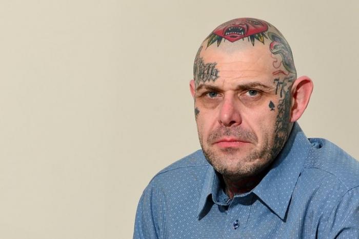 Мужчину не пустили в паб из-за его татуировок