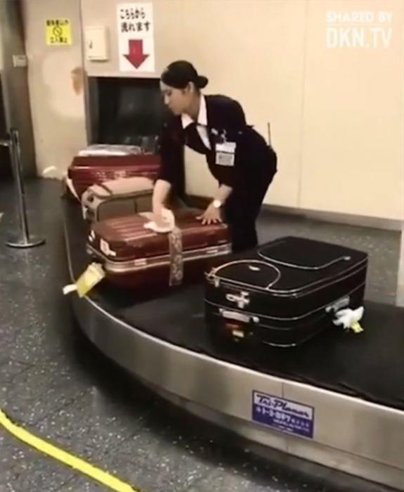Как служащие багажного подразделения очищают багаж в Японии
