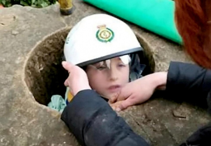 Молодого паренька нужно было доставать из каменного памятника с помощью угловой шлифовальной машины