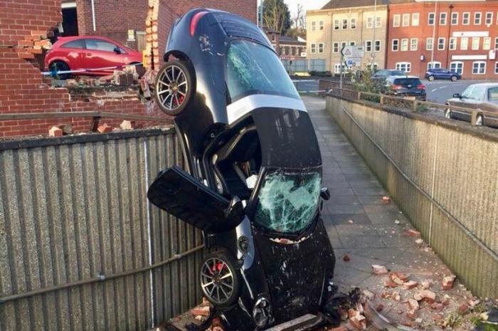 Невероятно, водитель Porsche, перелетевшего через стену и упавшего на дорожку, выжил