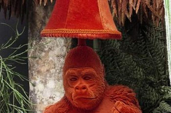 Дебенхамз продает настольную лампу с гориллой, делающей «недвусмысленный жест»