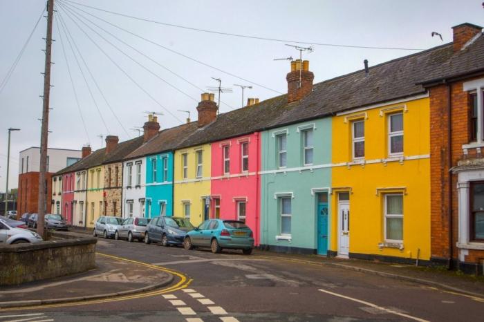 Улица договорилась раскрасить дома разными цветами, и это произвело потрясающее воздействие