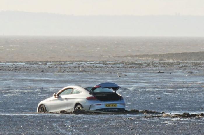 Мужчина умер, пытаясь спасти Mercedes, который застрял в песке