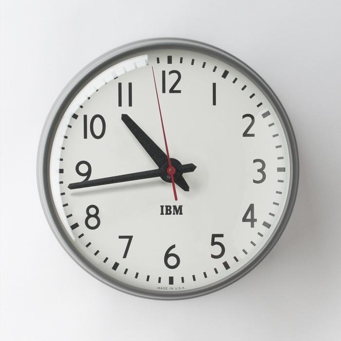 Школы отказываются от традиционных часов, потому что очень много детей не могут определить по ним время