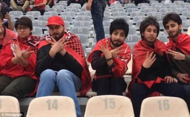 Обычная финальная фотография иранских футбольных фанатов отправила интернет в шок, а вы знаете почему?