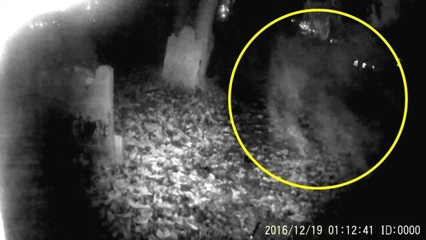 Призрак летит прямо в камеру вызывая холодок в позвоночнике на кадрах 800-летнего кладбища