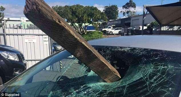 Деревянный кол разбивает ветровое стекло и проходит в сантиметре рядом с головой женщины