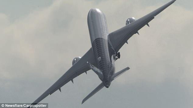 Замечательные кадры показывают, как Airbus производит впечатление истребителя и совершает почти вертикальный взлет