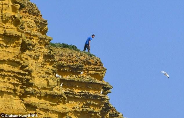 Безрассудные туристы сидят под хрупкими скалами Бродчерча, которые могут рухнуть в любую секунду