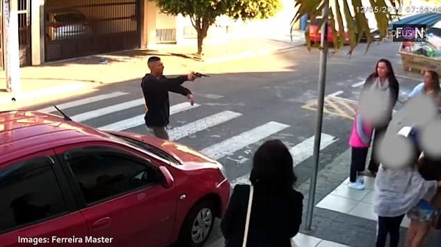 Бандит, который пытался ограбить маленьких детей и семьи за пределами школы, убит (женщиной- полицейской)
