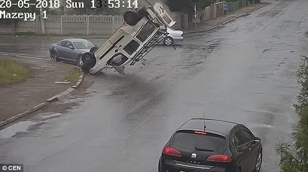 Невероятный момент, водитель выбрасывается через свое собственное окно автомобиля и остается невредимым при высокоскоростном столкновении