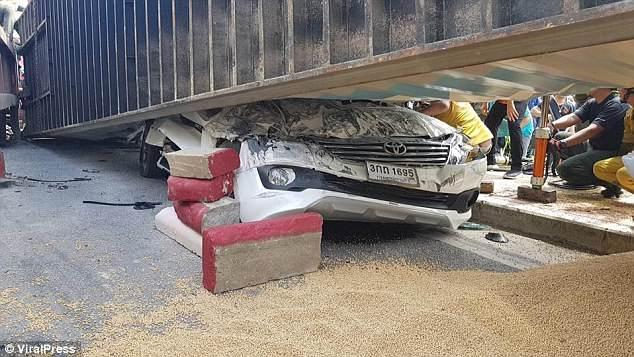 Водитель чудесным образом жив, когда его придавило 25-тонным транспортным контейнером