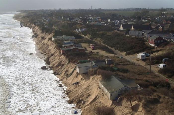 Шесть опасных домов, которые будут разрушены после дождя, висят на грани утеса