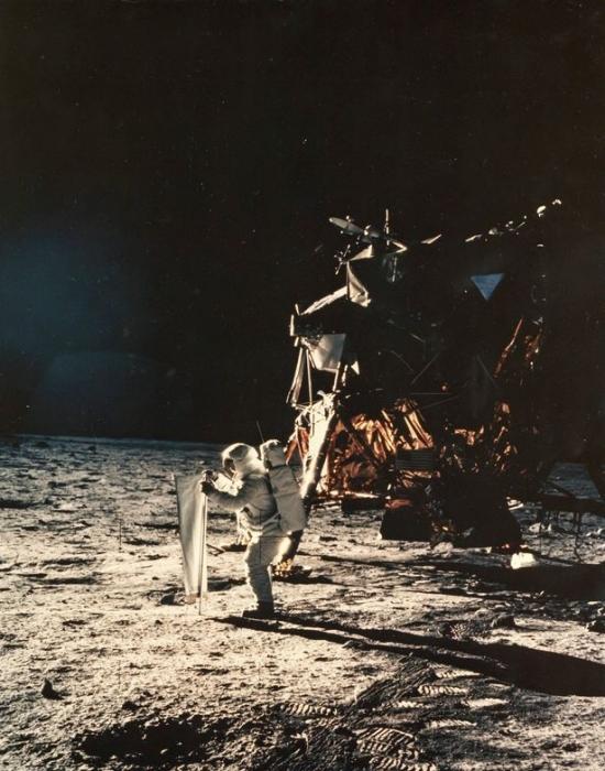 На фотографии NASA миссии «Аполлон-16» можно увидеть «здания и людей» на Луне, утверждают теоретики заговора