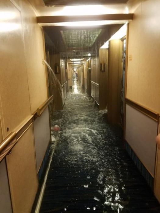 Пассажиры круизного судна видят, как коридоры заливаются водой, как на «Титанике», но в реальности