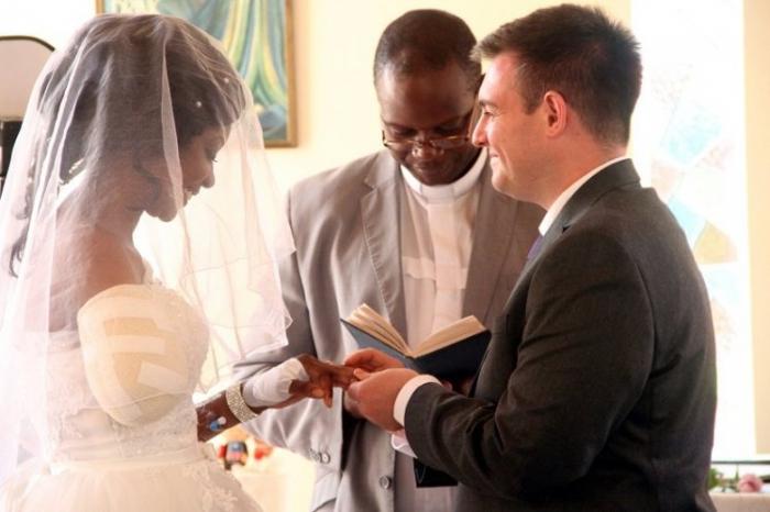 Невеста все равно устроила свадьбу, несмотря на, то, что её руку, откусил крокодил